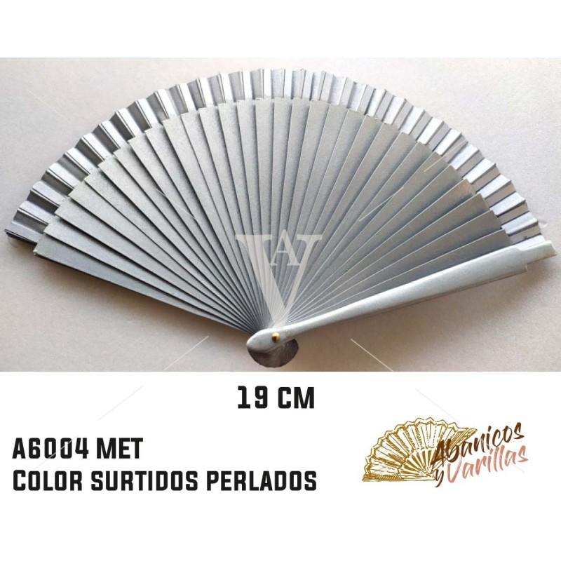 Abanico plata perlado de madera de 19 cm pintados perlados y servidos en 6 colores surtidos